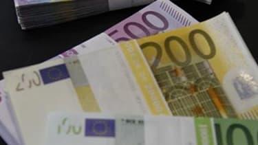 Plus d'une centaine de personnes ont dû prendre leur mal en patience lundi à Paris, devant la succursale de la Banque de France, avant de pouvoir échanger leurs derniers billets en francs contre des euros, à quatre jours de la fin de l'échange supervisé p