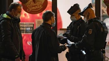 Des policiers contrôlent des attestations à Paris le 17 octobre.