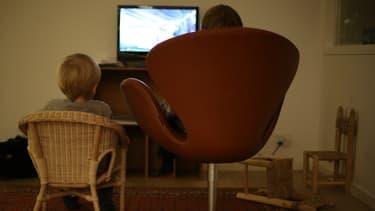 Des enfants devant la télévision.