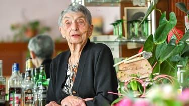 À plus de 100 ans, Marie-Louise Wirth travaille toujours dans son bar.