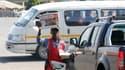 Nelson Mandela à la Une des journaux à Soweto après son hospitalisation. L'ancien président sud-africain Nelson Mandela, âgé de 93 ans, a regagné dimanche son domicile. Les examens passés n'ont montré aucun signe d'une affection grave après une journée et