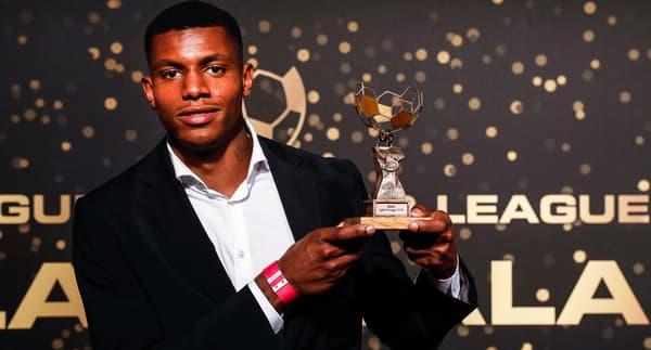 Wesley avec son trophée de meilleur Espoir en Belgique