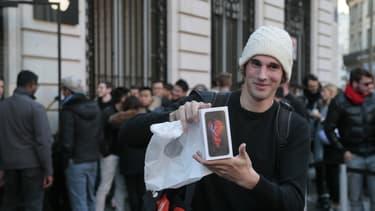 Jonathan, premier client à avoir pu acheter un iPhone 6s à Paris