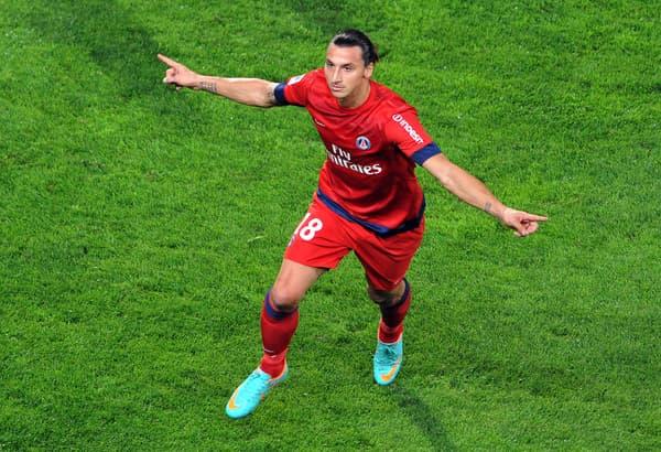 Zlatan Ibrahimovic célèbre un de ses deux buts pour sa première au Vélodrome avec le PSG contre l'OM en octobre 2012