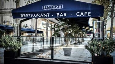 Un restaurant fermé sur les Champs Elysées à Paris, le 12 novemvre 2020