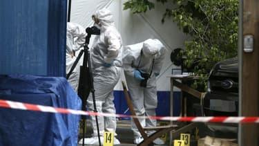 Des experts de la police judiciaire sur une scène de crime où un homme a été abattu à la terrasse d'un café le 18 juin 2020 dans le centre d'Ajaccio en Corse.