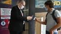Un vigile contrôle le pass sanitaire d'un client à l'entrée du centre commercial parisien de Beaugrenelle, le week-end du 15 août.