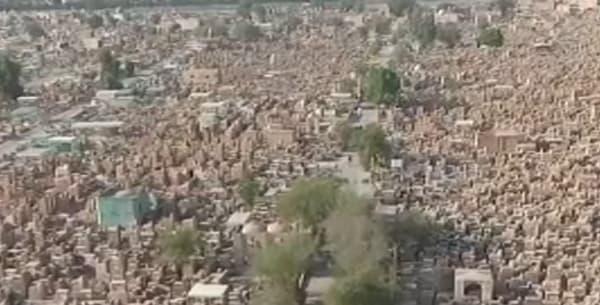 Un cimetière dont pierres tombales s'étendent à perte de vue