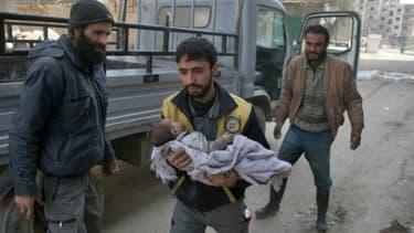 Des Syriens fuient la ville de Beit Sawa, dans la Ghouta orientale, après des bombardements du régime, le 4 mars 2018