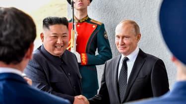 Poignée de main entre Kim Jong Un et Vladimir Poutine lors du premier sommet entre les deux dirigeants, à Vladivostock en Russie, le 25 avril 2019.
