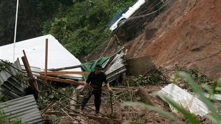 Membre des services de secours à l'oeuvre mardi après le glissement de terrain à Santa Maria Tlahuitoltepec, dans le sud du Mexique. Cette coulée de boue pourrait avoir été bien moins meurtrière que les premières estimations le laissaient penser: après qu