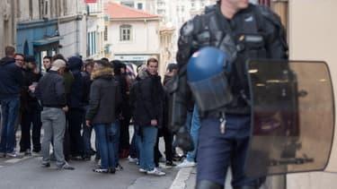 Des gendarmes français devant les locaux du groupe d'extrême droite 'Bastion social' alors que des manifestants protestent contre son ouverture à Marseille, le 24 mars 2018