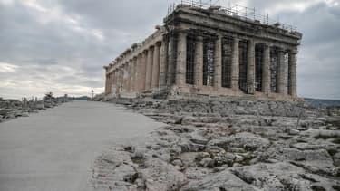 Sur l'Acropole à Athènes, des allées ont été bétonnées, recouvrant des pierres antiques.