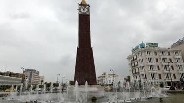 Un Tunisien a exigé le retour d'Obama, alors qu'il était perché sur une horloge de 32 mètres de haut, à Tunis.