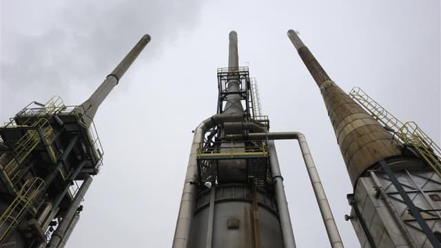 La décision sur l'avenir de la raffinerie de Petit-Couronne, qui emploie 550 personnes, a été mise en délibéré jusqu'au 2 octobre. Le tribunal, qui a examiné les offres de reprise de Net Oil et Alafandi Petroleum Group, a précisé que des documents adminis