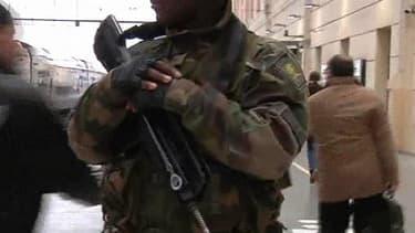 Un militaire en patrouille dans un gare dans le cadre de prévention du terrorisme Vigipirate.