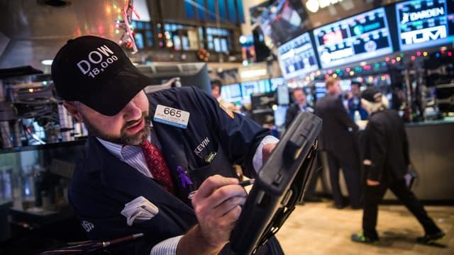 Un trader de Wall Street salue à sa façon le retour du Dow Jones au-dessus des 18000 points.