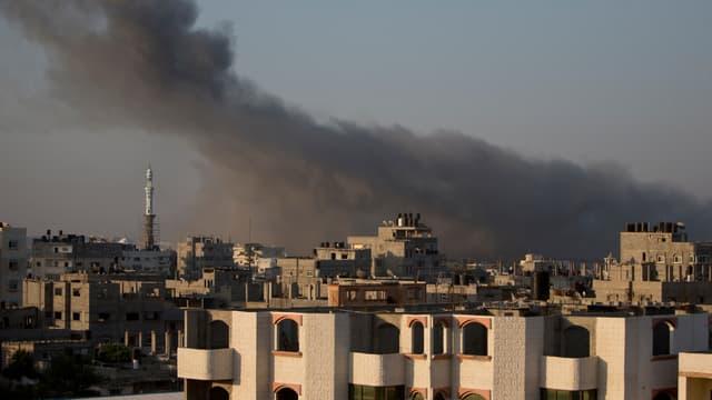 De la fumée s'échappe d'un immeuble de Gaza, jeudi matin, après un raid israélien.