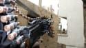 """Combattant de l'Armée syrienne libre dans la banlieue de Damas. Le ministre des Affaires étrangères Laurent Fabius estime qu'il n'y a pas de """"bonne solution"""" pour mettre fin à la guerre civile en Syrie et qu'une éventuelle livraison d'armes à l'opposition"""