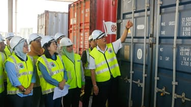 La ministre de l'Environnement Malaisienne Yeo Bee Yin inspecte un conteneur de déchets plastiques avant son renvoi, le 20 janvier 2020