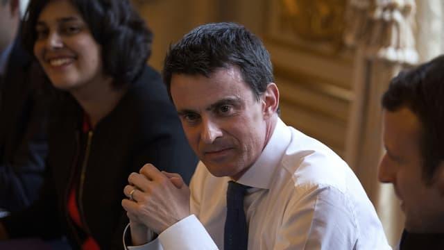 Manuel Valls à l'Hôtel de Matignon le 9 mars 2016, entouré de Myriam El Khomri et d'Emmanuel Macron.