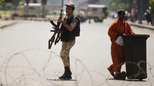 Un soldat égyptien patrouille dans une rue du Caire désertée, le 23 août 2013.