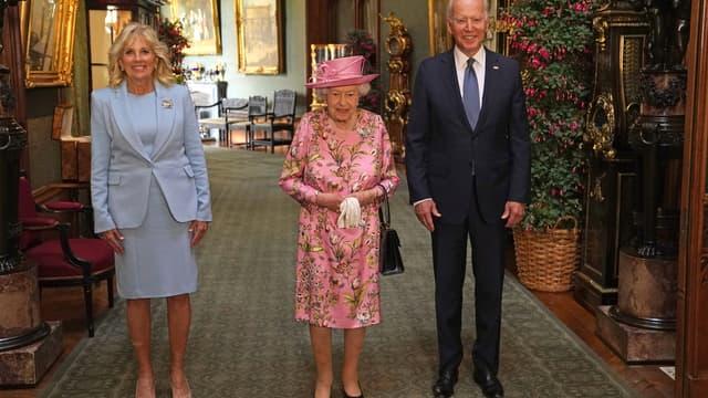 La reine Elizabeth, entourée de Joe et Jill Biden, le 13 juin 2021, au château de Windsor