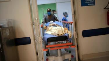 Un soignant pousse un patient sur un brancard à l'hôpital universitaire de Pedro Ernesto, à Rio de Janeiro (Brésil), le 15 juillet 2020