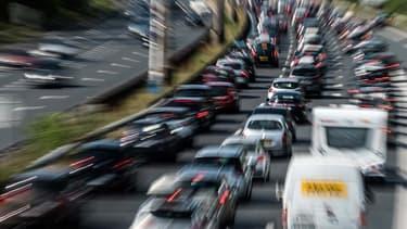 Des automobilistes patientent dans les bouchons sur une autoroute chargée.