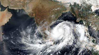 Image satellite du cyclone Fani au dessus de la baie du Bengale, fournie le 1er mai 2019 par l'Agence américaine d'observation océanique et atmosphérique (NOAA)