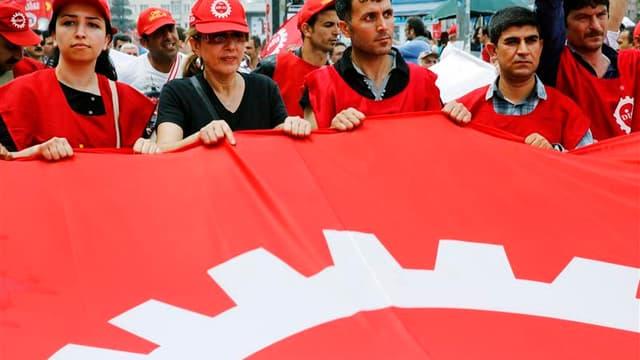 """Des milliers de syndicalistes turcs ont défilé mercredi vers la place Taksim à Istanbul, épicentre des manifestations contre le Premier ministre, Recep Tayyip Erdogan, et la """"dérive autoritaire"""" de l'AKP, parti au pouvoir depuis plus de dix ans. /Photo pr"""
