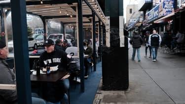 Des supporters des Yankees de New York attablés sur la terrasse d'un restaurant le 1er avril 2021 à l'occasion du lancement de la saison de baseball aux Etats-Unis.