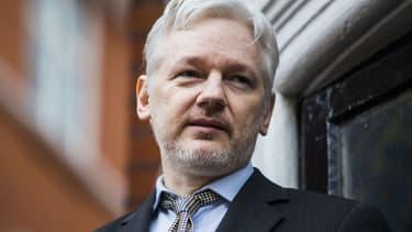 Le fondateur de WikiLeaks Julian Assange sort sur le balcon de l'ambassade d'Equateur à Londres pour parler à la presse, le 5 février 2016 - Jack Taylor/ AFP