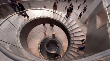 L'escalier de la pyramide du Louvre utilise de la pierre de Bourgogne