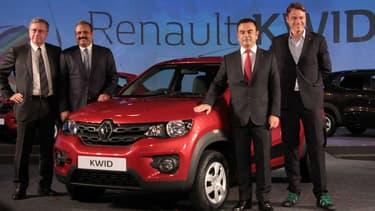 Gérard Detourbet ( à gauche), aux côtés de Sumit Sawhney, patron de Renault en Inde, Carlos Ghosn, président de l'Alliance, et Laurens van den Acker, designer de Renault, lors de la présentation de la Kwid en Inde le 20 mai 2015.