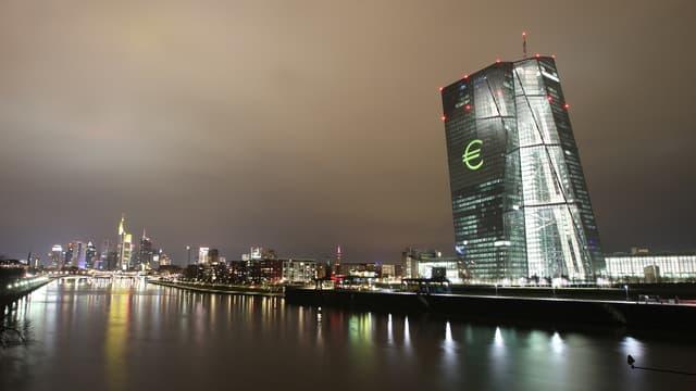 La marge de manoeuvre de la BCE se réduit au fur et à mesure qu'elle entretient son plan de soutien aux marchés. Une mécanique dont il va être de plus en plus compliqué de sortir.