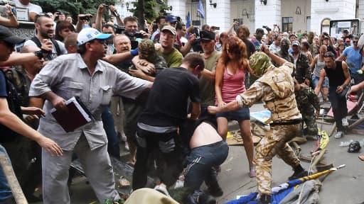 Le camp Maïdan est démonté dans la violence, à Kiev.