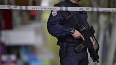 Un membre de la police espagnole patrouille dans les rues de Madrid en avril 2016 (image d'illustration)