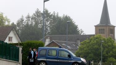 Des gendarmes sont présents pour les fouilles le 22 juin 2020 dans une maison où vécut Michel Fourniret à Ville-sur-Lumes, dans les Ardennes