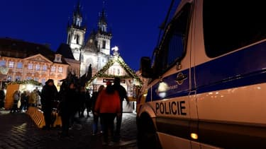 Image d'illustration d'une voiture de police devant le marché de Noël de Prague le 3 décembre 2017