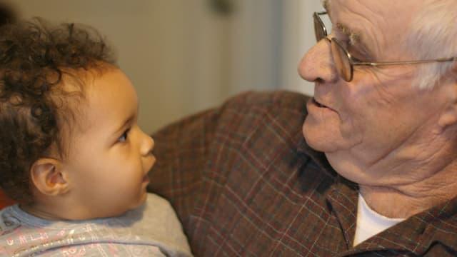 Un grand-père avec son petit-fils. Photo d'illustration