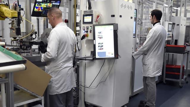 Image d'illustration - Des salariés dans l'usine d'Amiens de Valeo.