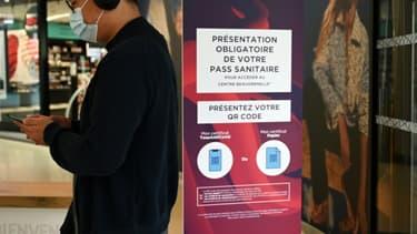 A l'entrée du centre commercial Beaugrenelle à Paris, le 16 août 2021