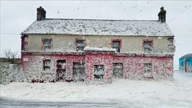 En Irlande, les images d'un village côtier submergé par l'écume des vagues