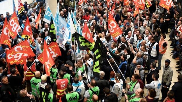 """Les syndicats et organisations de jeunesse qui ont appelé à une """"première journée de grève"""" le 5 décembre contre la réforme des retraites vont se réunir le lendemain pour décider de la suite du mouvement."""