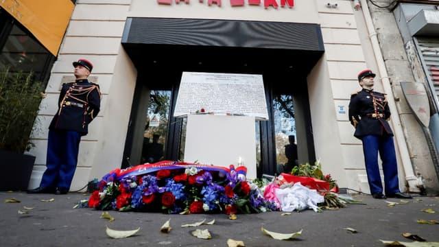 Des fleurs sont déposées devant l'entrée du Bataclan lors d'une cérémonie en 2018 d'hommage aux victimes des attaques du 13 novembre 2015