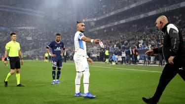 Dimitri Payet ramassant une bouteille lancée depuis les tribunes lors du choc entre l'OM et le PSG, le 24 octobre 2021.