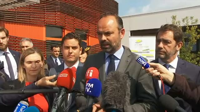Edouard Philippe répond aux questions des journalistes lors d'un déplacement en Charente