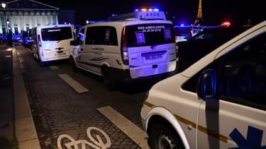Une centaine d'ambulanciers ont bloqué, lundi 3 décembre, des accès de la place de la Concorde à Paris pour réclamer la suspension d'une réforme du financement des transports sanitaires.