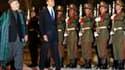 Barack Obama et son homologue afghan Hamid Karzaï, au palais présidentiel de Kaboul. Le président américain a entamé dimanche soir une visite inopinée en Afghanistan, sa première depuis son élection. /Photo prise le 28 mars 2010/REUTERS/Jim Young